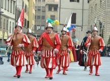Middeleeuwse militairen in het weer invoeren in Italië Stock Afbeeldingen