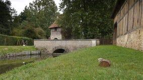 Middeleeuwse muren bij kasteel Crevecoeur Engelse Auge in Normandië Frankrijk stock videobeelden