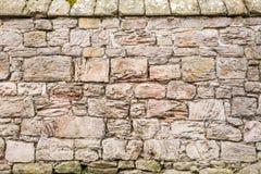 Middeleeuwse muur die van grote steen wordt gemaakt Stock Afbeelding