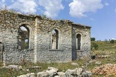 Middeleeuwse Orthodoxe kerk van Saint John van Rila bij de bodem van Zhrebchevo-Reservoir, Bulgarije stock foto's