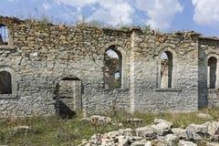 Middeleeuwse Orthodoxe kerk van Saint John van Rila bij de bodem van Zhrebchevo-Reservoir, Bulgarije stock afbeelding