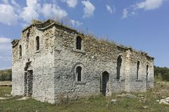 Middeleeuwse Orthodoxe kerk van Saint John van Rila bij de bodem van Zhrebchevo-Reservoir, Bulgarije royalty-vrije stock afbeeldingen