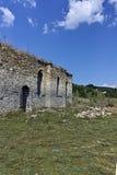 Middeleeuwse Orthodoxe kerk van Saint John van Rila bij de bodem van Zhrebchevo-Reservoir, Bulgarije royalty-vrije stock afbeelding