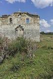 Middeleeuwse Orthodoxe kerk van Saint John van Rila bij de bodem van Zhrebchevo-Reservoir, Bulgarije stock fotografie