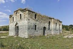 Middeleeuwse Orthodoxe kerk van Saint John van Rila bij de bodem van Zhrebchevo-Reservoir, Bulgarije stock afbeeldingen