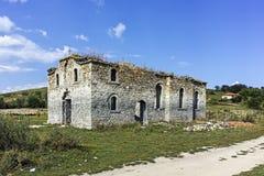 Middeleeuwse Orthodoxe kerk van Saint John van Rila bij de bodem van Zhrebchevo-Reservoir, Bulgarije royalty-vrije stock fotografie