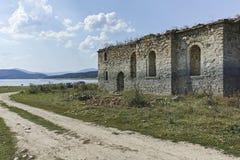 Middeleeuwse Orthodoxe kerk van Saint John van Rila bij de bodem van Zhrebchevo-Reservoir, Bulgarije royalty-vrije stock foto's