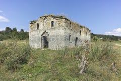 Middeleeuwse Orthodoxe kerk van Saint John van Rila bij de bodem van Zhrebchevo-Reservoir, Bulgarije stock foto