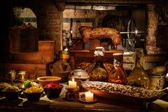 Middeleeuwse oude keuken tabe met typisch voedsel in koninklijk kasteel royalty-vrije stock foto's