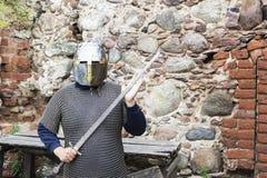 Middeleeuwse oude ridderhelm en kettingspost voor bescherming in slag Zeer zwaar hoofddeksel op tribune in aard 3d teruggegeven i Stock Afbeeldingen