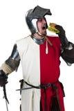 Middeleeuwse ridder die een smakelijke hamburger eet Royalty-vrije Stock Afbeeldingen