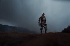 Middeleeuwse ridder met binnen zwaard in pantser als stijlspel van Tronen royalty-vrije stock afbeelding