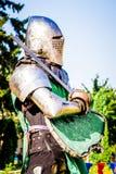 Middeleeuwse ridder met wapens vóór de strijd Middeleeuwse Festival_ royalty-vrije stock afbeeldingen