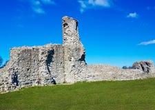 Middeleeuwse ruïnes op een grasrijke heuvel royalty-vrije stock afbeelding