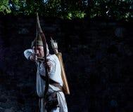 Middeleeuwse schutter met een boog en pijlen stock foto