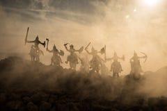 Middeleeuwse slagscène met cavalerie en infanterie Silhouetten van cijfers als afzonderlijke voorwerpen, strijd tussen strijders  Royalty-vrije Stock Afbeelding