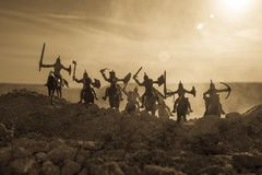 Middeleeuwse slagscène met cavalerie en infanterie Silhouetten van cijfers als afzonderlijke voorwerpen, strijd tussen strijders  Stock Afbeeldingen