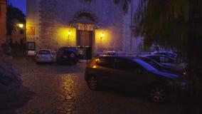 Middeleeuwse smalle keistraat in Valdemossa-dorp bij nacht stock videobeelden