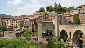 Middeleeuwse stad met poort op brug stock videobeelden