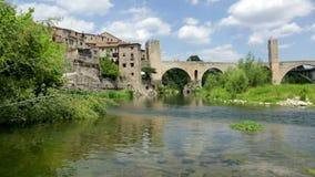 Middeleeuwse stad met poort op brug stock footage