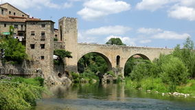 Middeleeuwse stad met poort op brug stock video