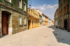 Middeleeuwse stad met smalle straat en gebouwen Stock Afbeelding