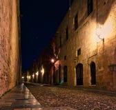 Middeleeuwse stad van het eiland van Rhodos in Griekenland Straat bij nacht met verlichting, steen middeleeuwse muren royalty-vrije stock foto