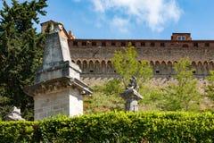 Middeleeuwse stadsmuur met roman standbeelden in voorzijde, Volterra, Toscanië stock foto