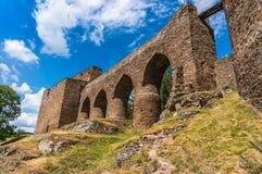 Middeleeuwse steenbrug van het kasteel aan de toren Royalty-vrije Stock Afbeeldingen