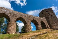 Middeleeuwse steenbrug van het kasteel aan de toren Royalty-vrije Stock Foto