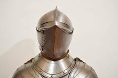 Middeleeuwse sterke die ridderstrijder in pantser van het ijzer het zilverachtige sterke metaal met een helm en een vizier wordt  royalty-vrije stock fotografie