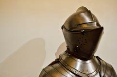 Middeleeuwse sterke die ridderstrijder in pantser van het ijzer het zilverachtige sterke metaal met een helm en een vizier wordt  stock foto