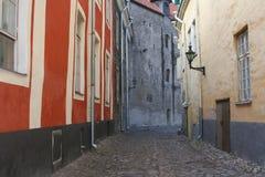 Middeleeuwse straat met keien in Tallinn Estland royalty-vrije stock afbeelding