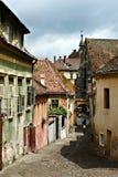 Middeleeuwse straat van Sighisoarea - Transilvania Stock Foto's