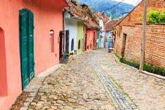 Middeleeuwse straatmening in Sighisoara, Roemenië stock fotografie