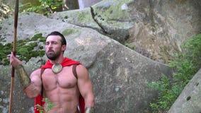 Middeleeuwse strijder in het hout stock videobeelden