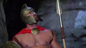 Middeleeuwse strijder in het hout stock footage
