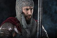 Middeleeuwse Strijder met het pantser van de kettingspost en rode Mantel Royalty-vrije Stock Afbeelding