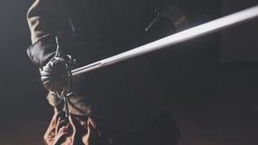 Middeleeuwse strijder met zwaard binnen in langzame motie stock videobeelden