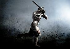 Middeleeuwse strijder in slag Stock Afbeeldingen