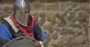 Middeleeuwse toernooien Twee sterke strijdersridders die bij arena vechten stock video