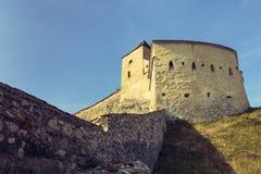 Middeleeuwse toren en defensiemuren van Rasnov-citadel, Roemenië royalty-vrije stock afbeeldingen