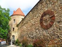 Middeleeuwse toren en oude klok op de steenmuur van de kathedraal van Zagreb, Zagreb Royalty-vrije Stock Fotografie