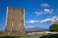 Middeleeuwse toren met onderstel Etna op achtergrond Royalty-vrije Stock Fotografie