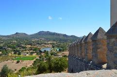 Middeleeuwse van de kasteelmuur en berg mening Royalty-vrije Stock Afbeelding