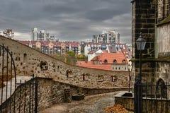 Middeleeuwse verdedigingsmuren en stichtingen van moderne woonhuizen stock foto