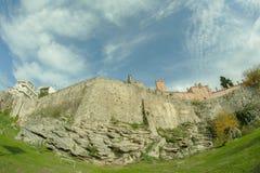 Middeleeuwse vesting onder de mooie bewolkte hemel royalty-vrije stock afbeelding