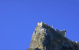 Middeleeuwse vestingwerken bovenop de rots Stock Foto's