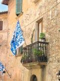 Middeleeuwse vlag in Toscaanse stad Royalty-vrije Stock Fotografie