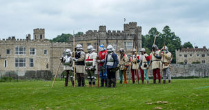 Middeleeuwse voetmilitairen met spears Stock Afbeeldingen